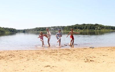 Le domaine équestre des Grilles, baignades et activités estivales au bord du lac