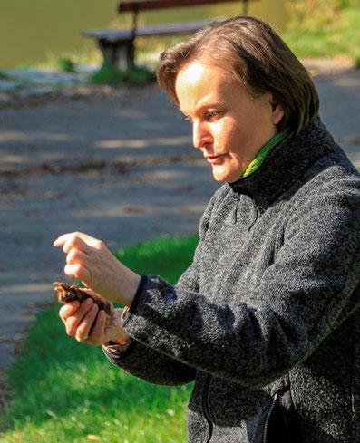 Astrid Szelest erklärt Wildtier-Spuren