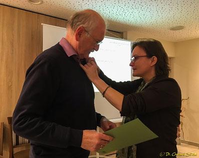 Stv. SDW-Vorsitzende Astrid Szelest heftet Horst Baßmann die Silberne Ehrennadel ans Revers