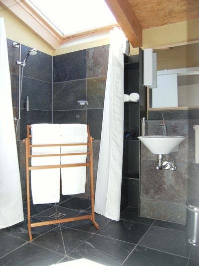 barrierefreies Duschbad mit Wand und Boden aus brasilianischem Schiefer