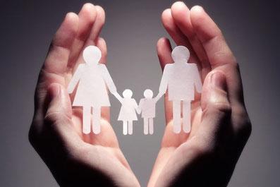 mani a protezione di una famiglia stilizzata
