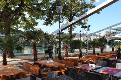 Quand il fait beau, la terrasse d'été du restaurant east west est un lieu de rencontre populaire.