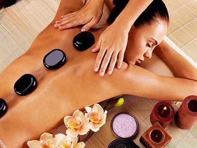 Hot-Stone Massage. Warme Steine liegen auf dem Rücken