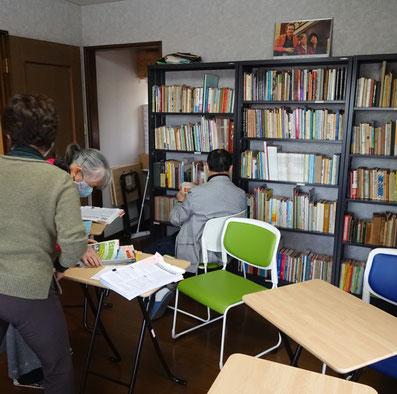 蔵書棚の整理風景