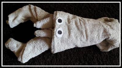 Handtuchfiguren falten Krebs für deine Zimmerdekoration. Origami mal mit Handtüchern. Falte niedliche Figuren, Tiere und andere Origami Motive aus deinen Badetücher oder Gästetücher. Servietten falten mit Handtüchern. Basteln mit Kindern und falten.