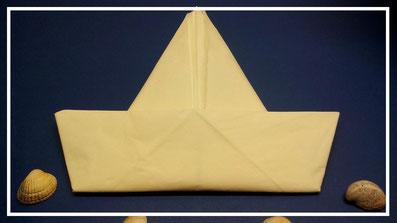 Tischdekoration Servietten falten Boot für Geburtstag. Deko leicht und einfach DIY Geburtstagdeko Servietten falten für Anfänger. Anleitung für ein Boot. Tolles Motiv selber basteln.