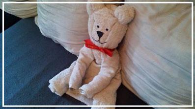 Handtuchfiguren falten Teddy für deine Zimmerdekoration. Origami mal mit Handtüchern. Falte niedliche Figuren, Tiere und andere Origami Motive aus deinen Badetücher oder Gästetücher. Servietten falten mit Handtüchern. Basteln mit Kindern und falten.