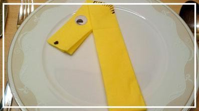 Tischdekoration Servietten falten Zahl eins für Kindergeburtstag. Deko leicht und einfach DIY Geburtstagdeko Servietten falten für Anfänger. Anleitung für eine Zahl 1. Tolles Motiv selber basteln.
