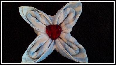 Handtuchfiguren falten Blüte für deine Zimmerdekoration. Origami mal mit Handtüchern. Falte niedliche Figuren, Tiere und andere Origami Motive aus deinen Badetücher oder Gästetücher. Servietten falten mit Handtüchern. Basteln mit Kindern Blume