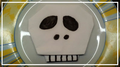 Tischdekoration Servietten falten Totenkopf für Halloween. Deko leicht und einfach DIY Kindergeburtstag Servietten falten für Anfänger. Anleitung für einen gruseligen Totenkopf.