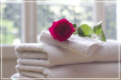 Handtuchfiguren falten für deine Zimmerdekoration. Origami mal mit Handtüchern. Falte niedliche Figuren, Tiere und andere Origami Motive aus deinen Badetücher oder Gästetücher. Servietten falten mit Handtüchern. Basteln mit Kindern und falten.