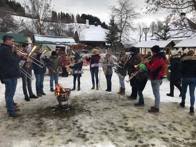 Weihnachtliche Weisen gab es von der Jungmusikergruppe