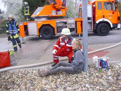 Evakuierung aus einem Schadengebiet, hier eine Übung
