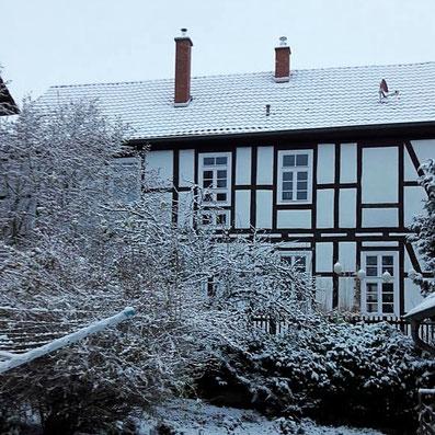 Die alte Dorfschule in Waldhessen iim Schnee