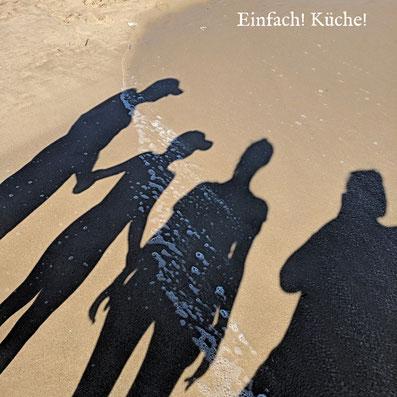 4 Schatten am Sandstrand