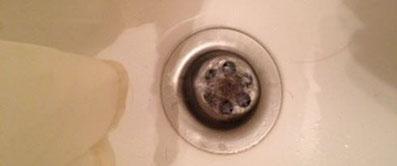 So kann es aussehen, wenn Haare und Seife den Badewannenabfluss verstopfen