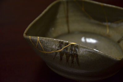割れた茶碗に金継ぎ