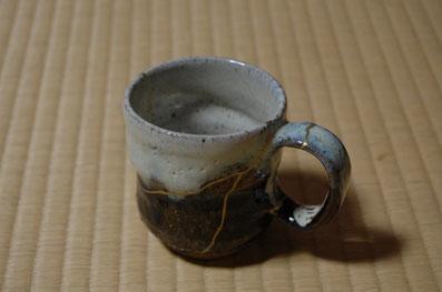 割れたカップに金継ぎ