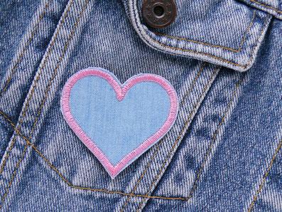 Bild: rosa Herz Bügelbild, Bügelflicken Jeans Herz rosa hellblau, kleine Herz Applikation zum aufbügeln