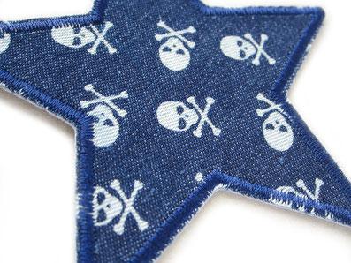 Bild: dunkelblauer Stern Flicken für Jeans mit kleinen hellen Totenköpfen, Hosenflicken zum aufbügeln für Jungen