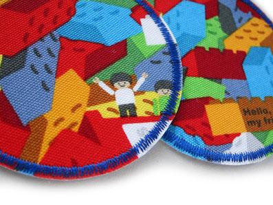 Bild: bunte Flicken zum aufbügeln aus robustem Baumwollstoff mit bunten Legosteinen für Kinder
