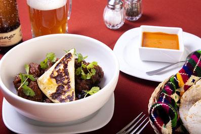 Magnifica fotografía de alimentos, callo de almeja, puré de coliflor olivada y brotes.