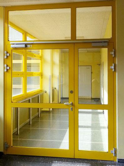 gelbe Tür, Feuer-und Rauchabschluss,  in einer Schule
