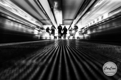 Paris Orly, groupe ADP, Paris Aéroport, travelator, street photography, noir et blanc, black and white, CarCam, je shoote, travel