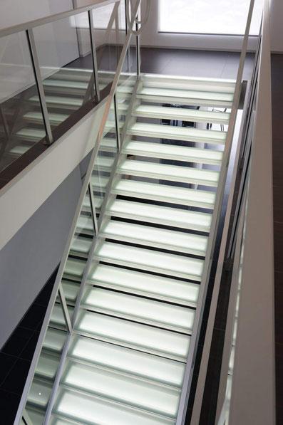 brede verlichte trap van Graah