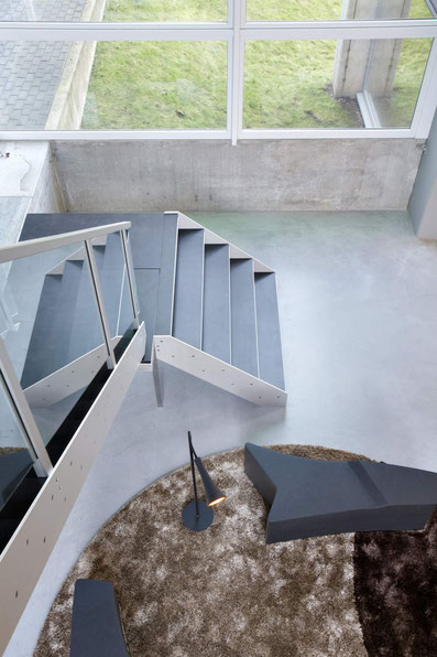 brede trap met stenen treden