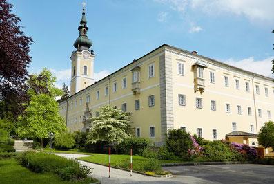 Stift Schlägl Gebäude mit Stiftsturm im Hintergrund