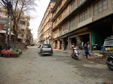 Das hier ist keine Schotterpiste im Dorf sondern eine Hauptstraße in Kathmandu...