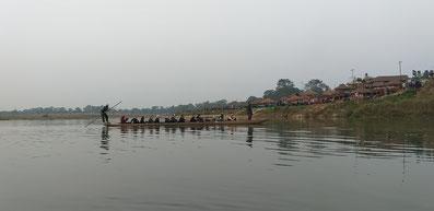 Bis zu 18 Personen passen in die langen Boote
