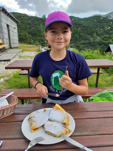 Kind isst Pfannekuchen Bogatinom Hütte