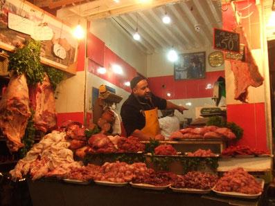 モロッコのお肉屋さん。とてもダイナミックですね! 日本みたいにお肉がパック入りではないことに最初はビックリしました。