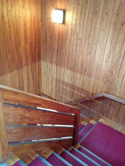 吉本社屋の階段室。唐松をあえて集成材(細かい挽き板を合わせたもの)にしてから貼ってあった。おそらく意匠的な趣旨かと。