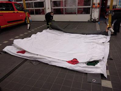 Vorbereitungen für den Aufbau des aufblasbaren Zeltes