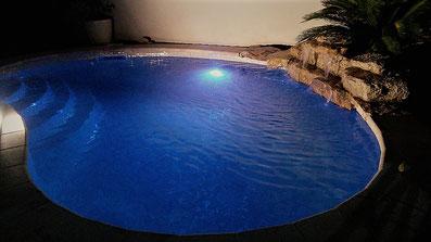 eclairage-piscine-bleu-foncé