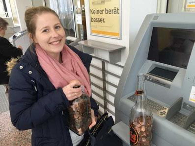 Melanie Lubbe am Bankautomat