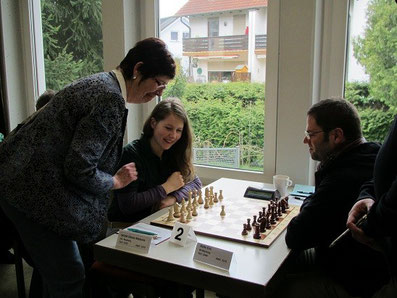 Die Neuberger Bürgermeisterin macht den ersten Zug bei den Schachfreunden Neuberg