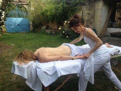 Par beaux temps, les massages peuvent être proposés dans une partie du jardin privatisée à cette occasion