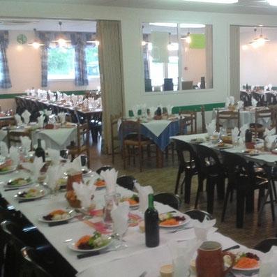 La salle du restaurant du marché adhérent de l'ucal à lezay 79120