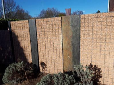 Steinwände mit Splittgabione inkl. Holzsichtschutzwänden - hochwertiger Sichtschutz von GreenFairway e.K.