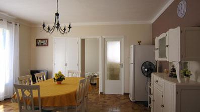 Séjour : vue sur chambre1 et porte d'accès au hall d'entrée