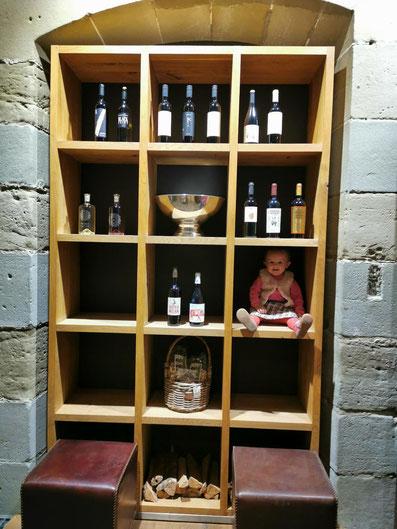 Das Bild entstand beim Einräumen, es erwartet Sie noch mehr Wein! :)