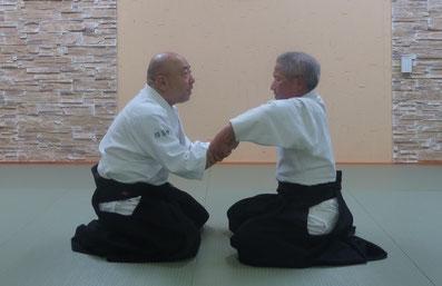 ②呼気で両肘が両膝上に落ちて脇の開きを半角に保つと体軸は前傾する。