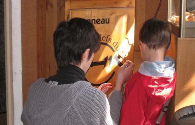Un enfant ouvre un coffre du parcours-jeu clés du musée
