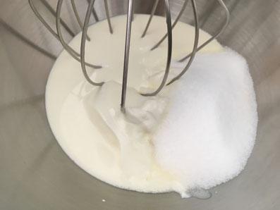 Sauerrahm und Zucker luftig schlagen