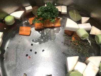 Gemüse und Gewürze im Wasser aufkochen lassen
