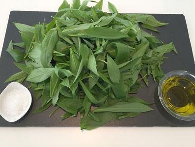Zutaten: Bärlauch, Salz, Olivenöl oder Gemüse-Bouillon